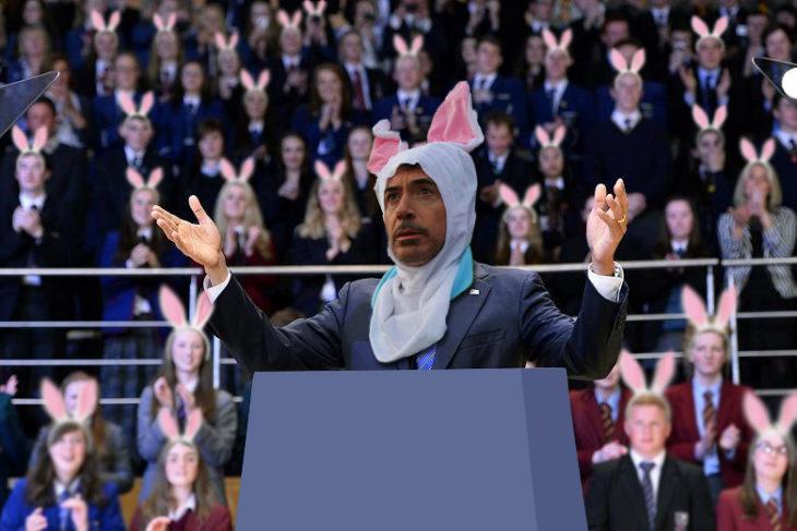 cara de Robert Downey Jr vestido de conejo sobre el cuerpo de Obama en un discurso