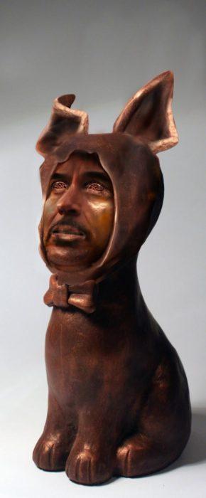 cara de Robert Downey Jr sobre una estatua de conejo