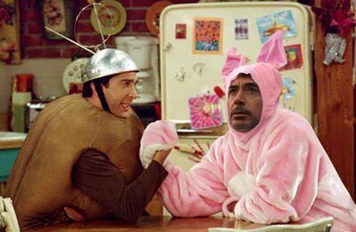 Photoshop a Robert Downey Jr vestido de conejo jugando vencidas en una capítulo de Friends