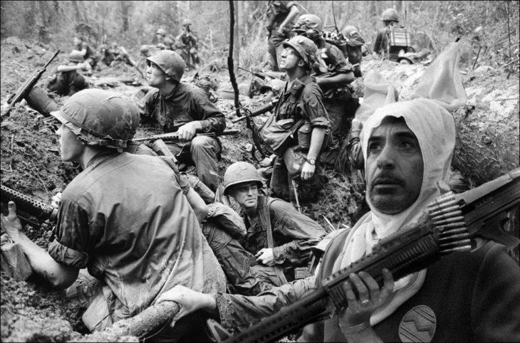 Robert Downey Jr vestido de conejo en un escenario de una guerra rodeado de soldados
