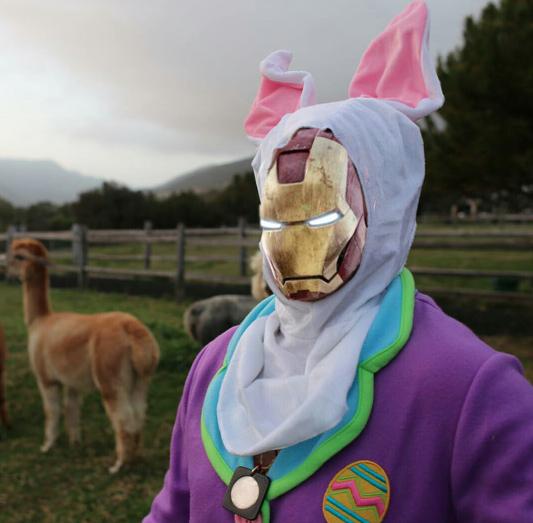 Photoshop de Robert Downey Jr vestido de conejo con la máscara de Iron Man