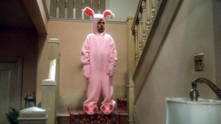 Batalla de Photoshop de Robert Downey Jr vestido de conejo parado en medio de las escaleras de una casa