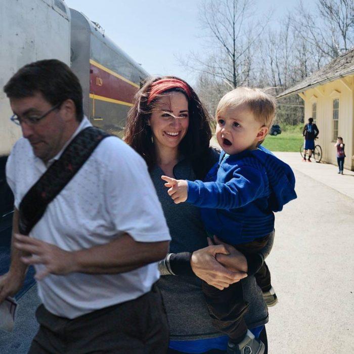 hombre atravesándose en la fotografía de un bebé sorprendido