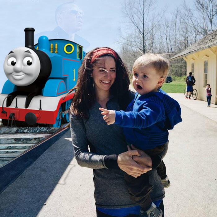 Bebé sorprendido señalando al tren animado Tomas