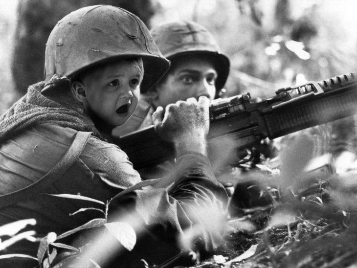 cara de un bebé sorprendido en una escena de soldados a punto de atacar