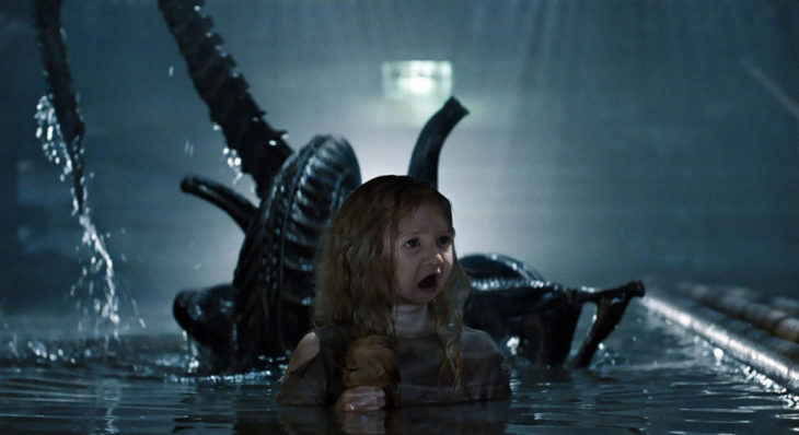cara de un bebé sorprendido en una escena de una película de acción