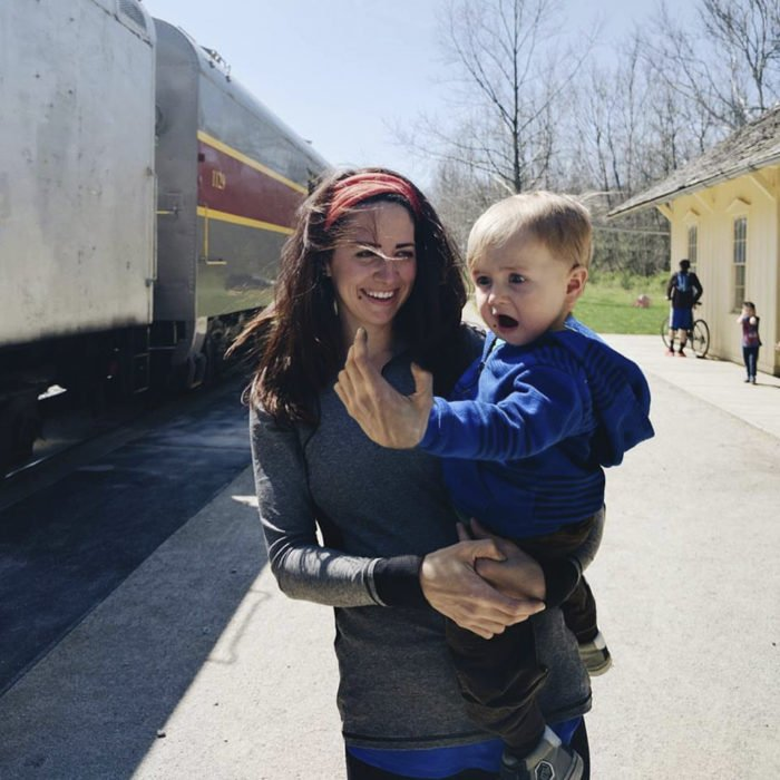 Batalla de Photoshop niño sorprendido por ver un tren