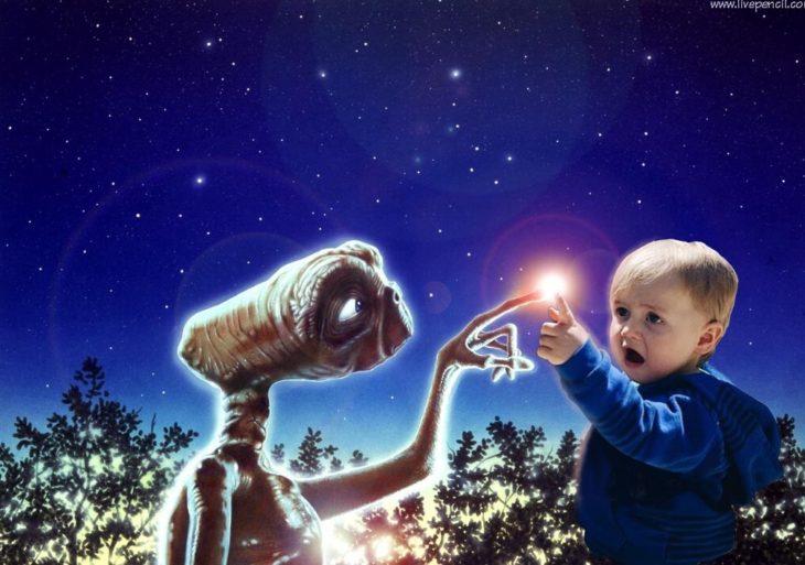 bebé sorprendido juntando su dedo en el extraterrestre E.T.