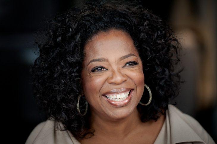 Oprah Winfrey con un traje color arena
