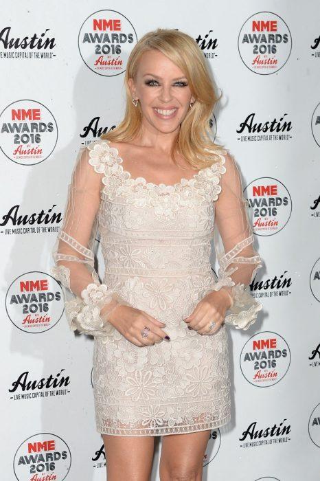 Kilye Minogue con un vestido beige en Austin