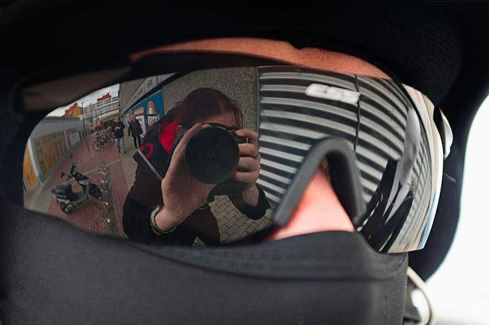 fantasme reflejado en sus lentes