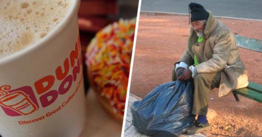 chica cambia la vida de un indigente comprándole un café