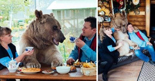 Pareja Rusa adopta un oso que tiene con ellos 23 años