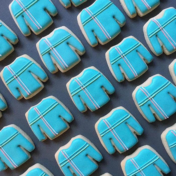 galletas en forma de suéter de color azul