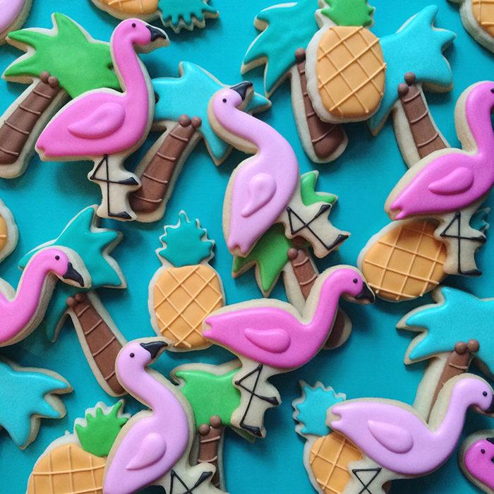 galletas de colores en forma de palmeras, piñas y garzas