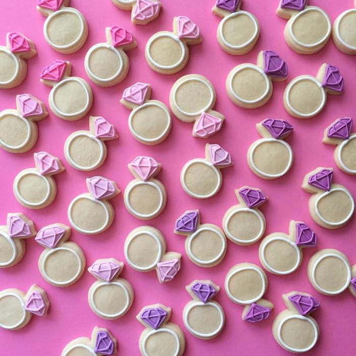 galletas en forma de anillos con un diamante