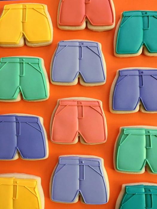 galletas en forma de shorts en diferentes colores