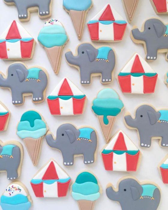 galletas en forma de circo, conos y elefantes de colores