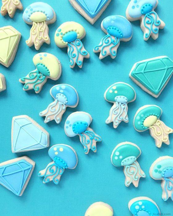 galletas azules en forma de medusas y diamantes