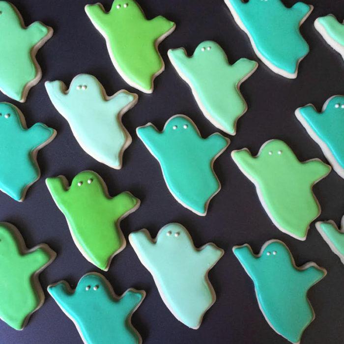 galletas en forma de fantasmas de colores