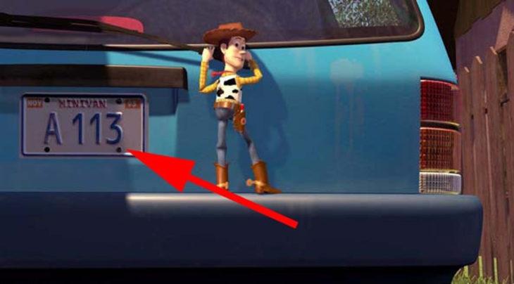 Disney, en la película de Toy Story aparece el código A113 en la placa del carro de la mamá de Andy