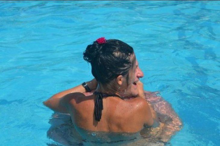 pareja dentro de una piscina