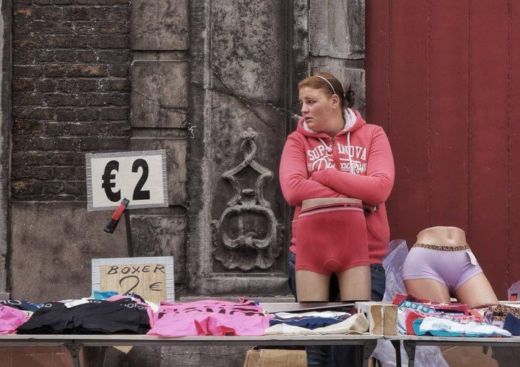 foto de una mujer vendiendo boxer con unos delante de ella