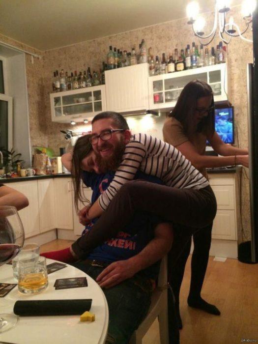 foto de una chica abrazando a su novio