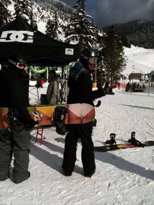 foto de un chico con la tabla para skiar con un bikini en la parte trasera