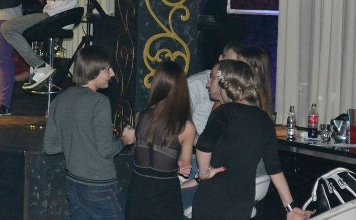 foto de un grupo de amigos platicando en un bar