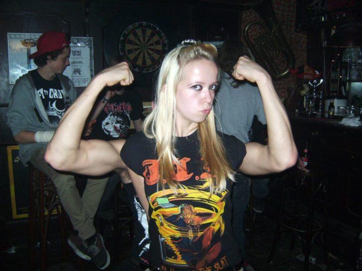 foto de una chica con los brazos de su novio