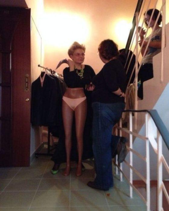 foto de una mujer con un maniquí y con bikini
