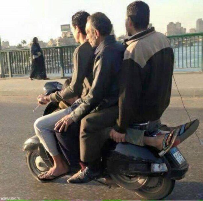 hombres sobre una moto que parecen ir sobre un hombre