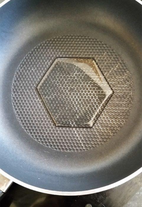charco en forma de hexágono dentro de un sartén