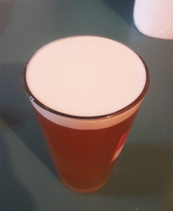 vaso de cerveza con espuma en su parte superior