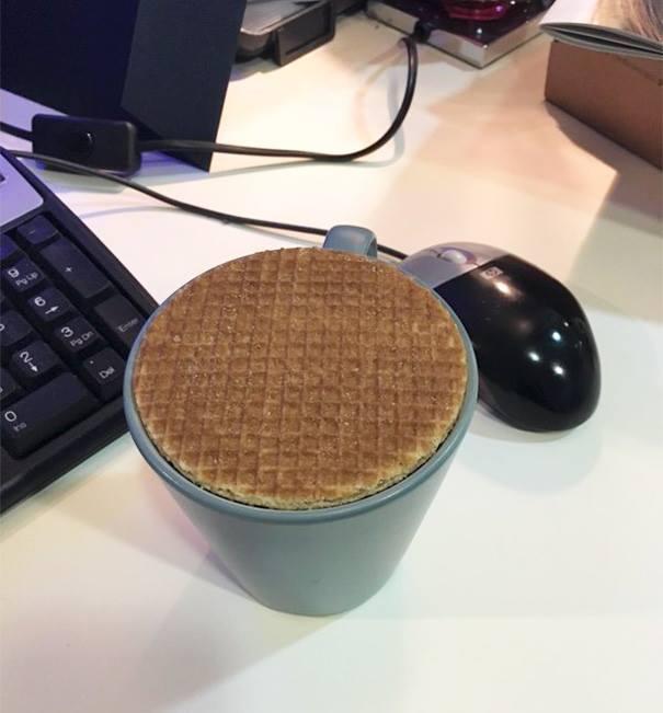 waffle en la parte superior de una taza de café