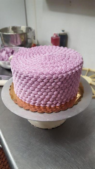 tarta de pastel con un decorado rosa perfecto