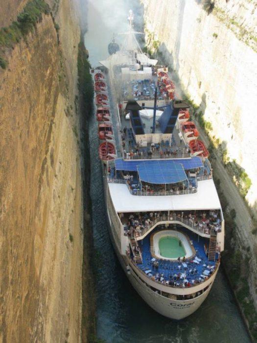 crucero atravesando un canal