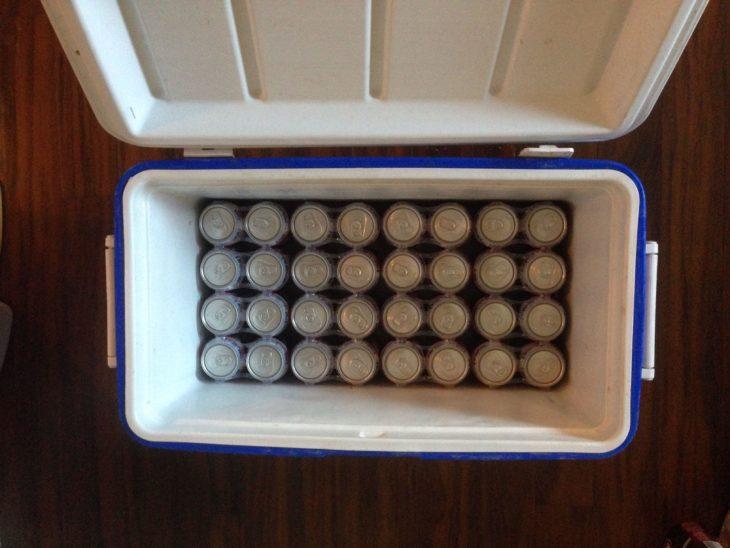 latas de cerveza encajando perfecto dentro de una hielera