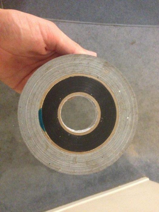 cinta de color gris y de color negro en su parte de en medio