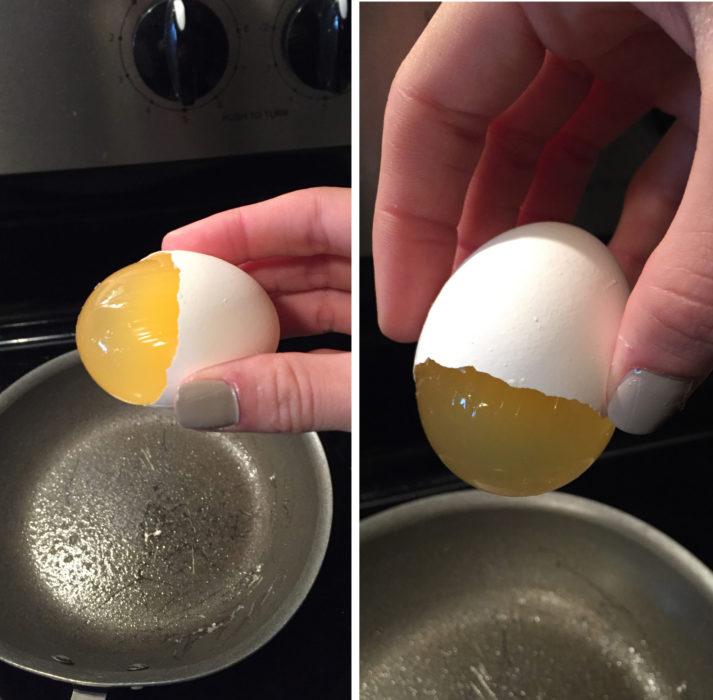 huevo a punto de ser arrojado en un sartén