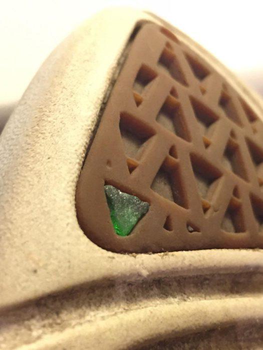 vidrio dentro de la suela de un zapato