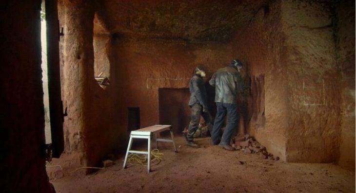 dos hombres cavando una cueva