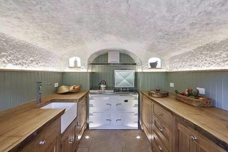 cocina de la cueva que transformaron en casa