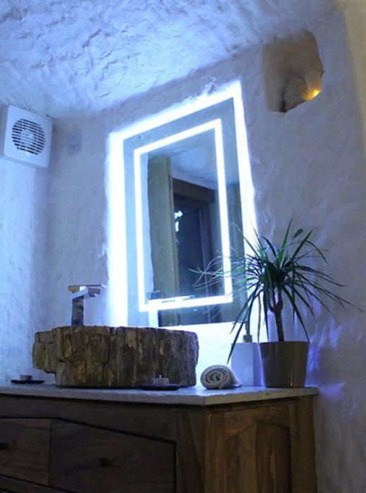 baño y lavabo en la rockhouse en Inglaterra