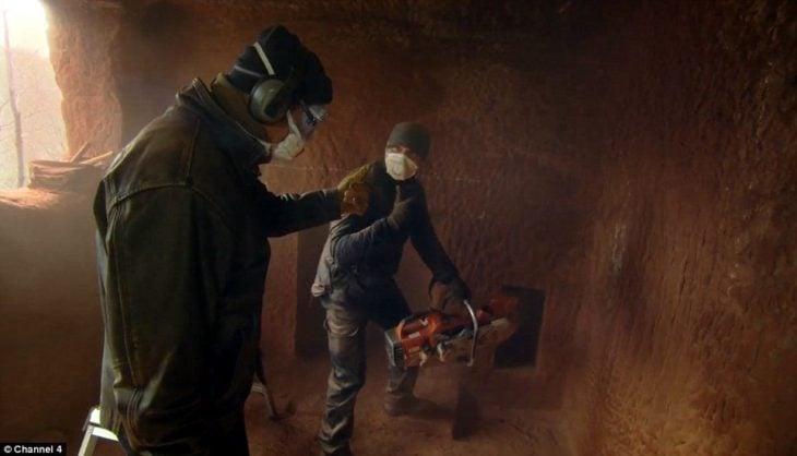 hombres trabajando en convertir la cueva de 700 años en una lujosa casa
