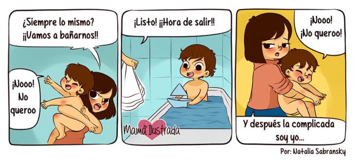 Ilustración de una mamá intentado bañar a su hijo