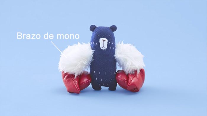 oso de peluche con los brazos de un chango blanco