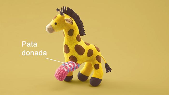 jirafa de peluche con una pata donada