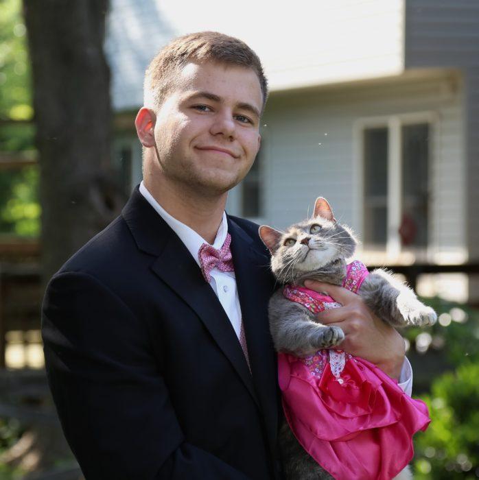 foto completa de la gata ruby y su dueño